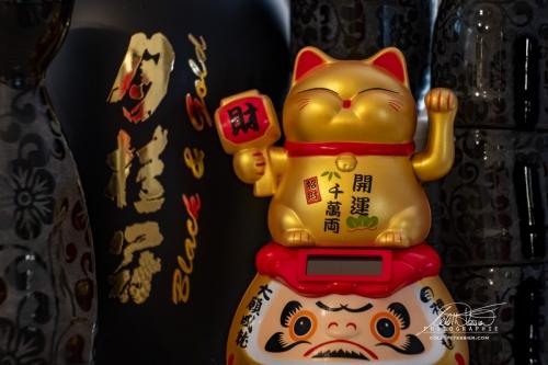 CANCER:  CHAT JAPONAIS:  Côté enfantin très présent, tactile, il aime les jouets,  la douceur, etc. Le chat porte-bonheur japonais, sera porteur de chance.