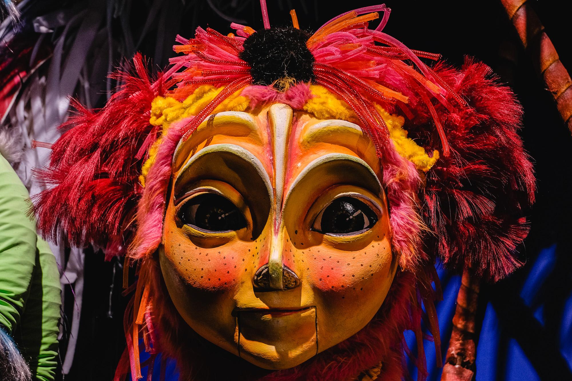 Offrant des spectacles de marionnettes géantes